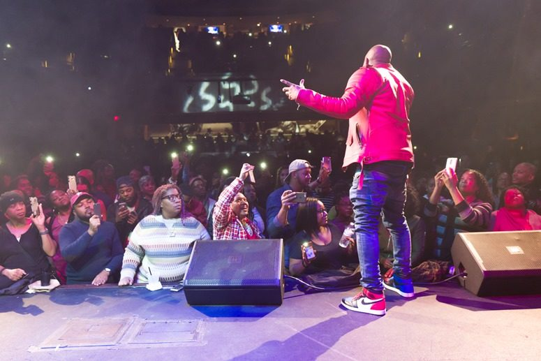 Raheem DeVaughn shows the crowd some personal touch love at The 2016 Raheem Devaughn and Friends Benefit Holiday Concert. Photo Credit: Tony Mobley for The LoveLife Foundation