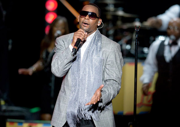 2011 MEMORABLE MOMENTS: R. Kelly Undergoes Emergency Throat Surgery (8 of 10)
