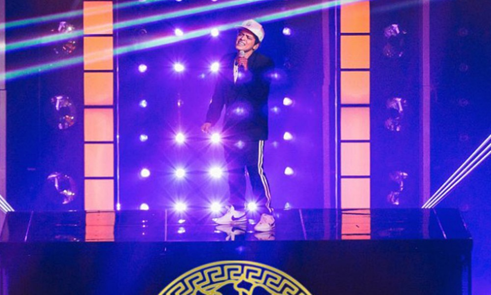 Bruno Mars Performs 'Versace on the Floor' For the 2017 Billboard Awards